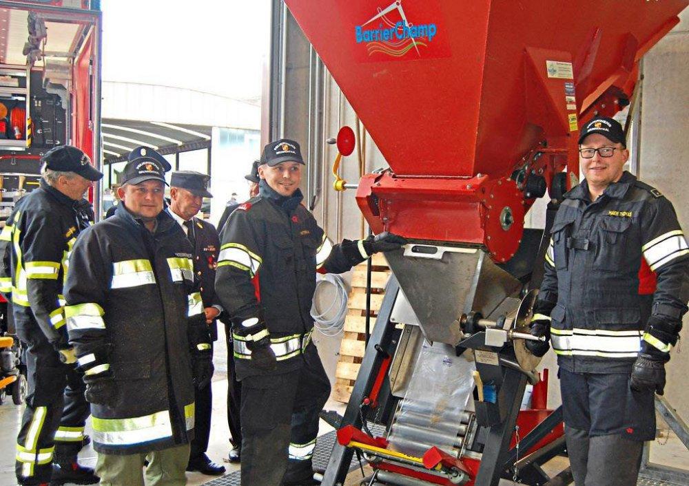 """Im neuen Katastrophenschutzlager ist das Sandsackmanagement untergebracht. Die Füllstelle ist von den Feuerwehrkräften beim """"Tag der offenen Tür"""" der Bevölkerung präsentiert und vorgeführt worden."""